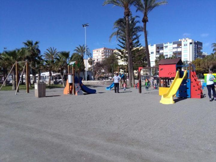 Vista de la playa de la infancia, tirolina al fondo