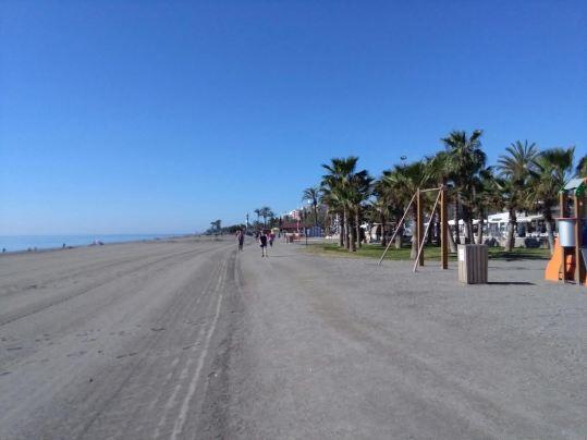 Sendero litoral, sobre la arena de la playa.