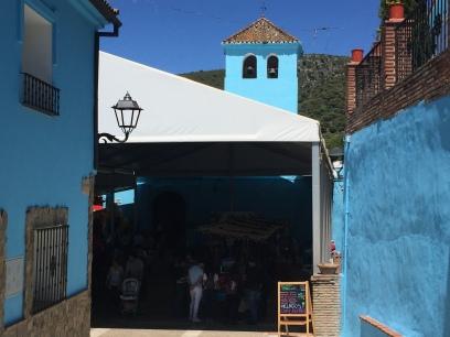 Entrada al pitufo mercado con la iglesia al fondo