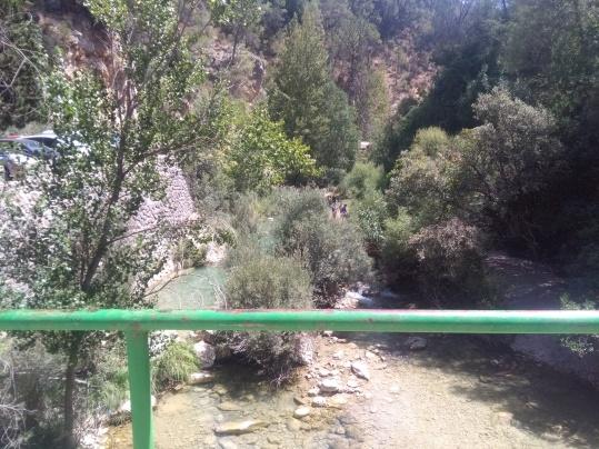 Cruzando el Río Borosa, a la izquierda la pista forestal de acceso al sendero.