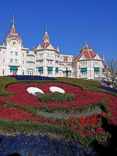 Hotel Disneyland en la entrada del parque Disneyland.