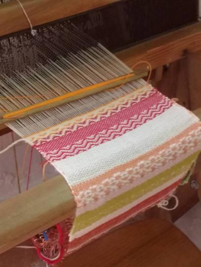 taller manual tejiendo