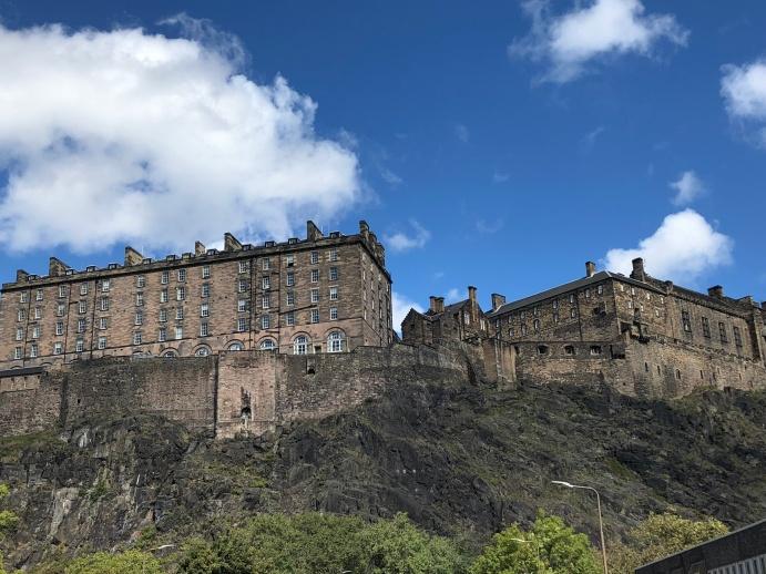 Castillo de Edimburgo desde abajo.