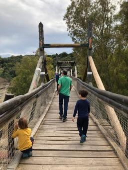 Entrada al puente de madera